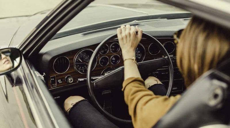 Kobieta prowadząca samochód