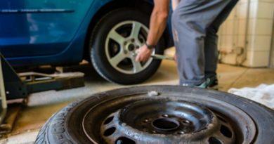 Mechanik wymienia opony w samochodzie